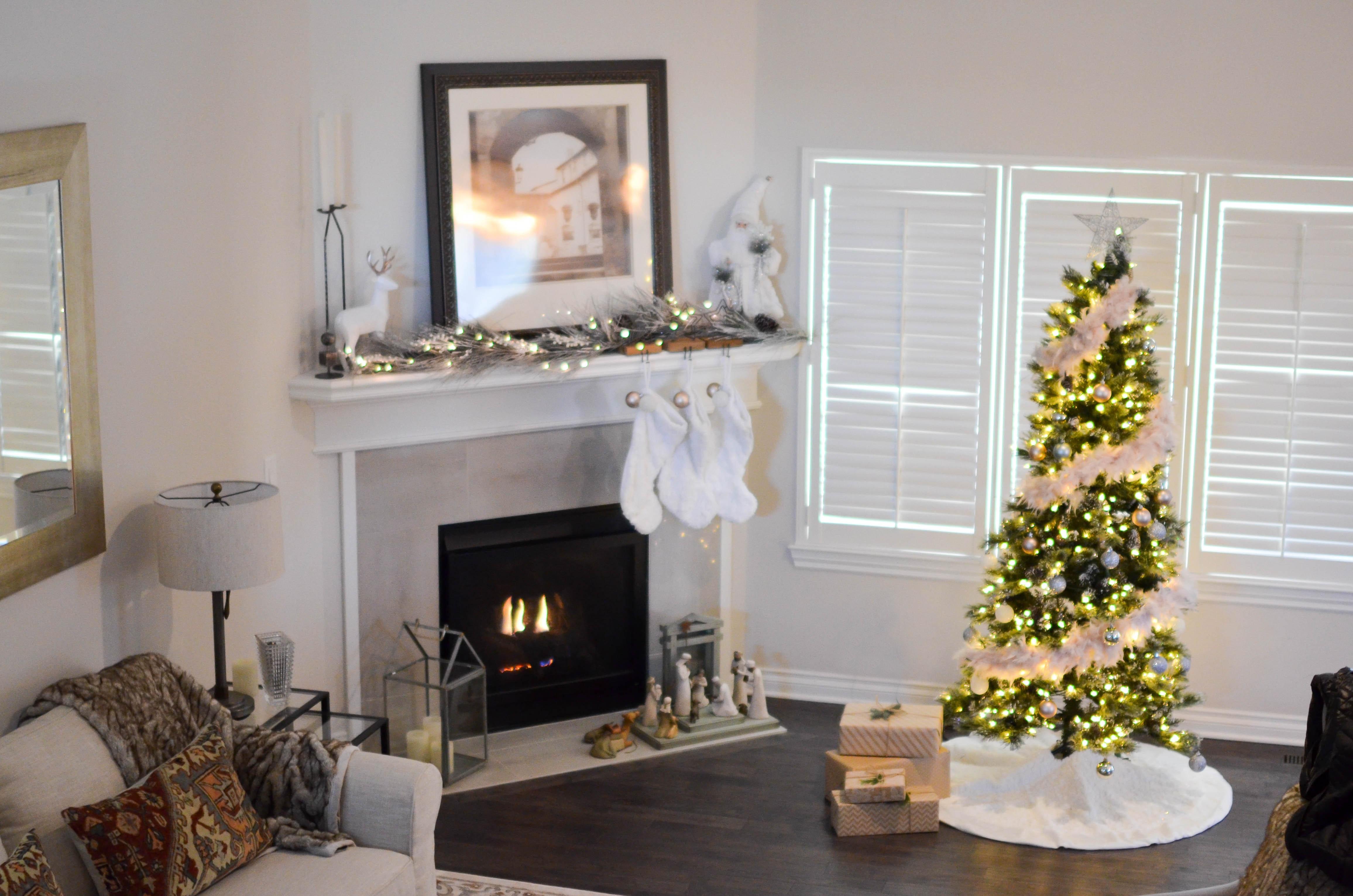 O poză cu un living împodobit pentru Crăciun.
